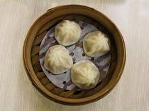 Dim Sum a servi dans un panier de vapeur dans un restaurant chinois, Hong Kong Photo stock