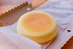 Dim sum ustawiający słuzyć w parostatków koszach z rękami używać chopsticks Japoński Cheesecake w rozpieczętowanym papierowym pud Obraz Royalty Free