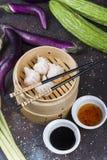 Dim sumklimpar i ångare med grönsaker för traditionell kines royaltyfri fotografi