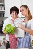 Dimagrisca e donne di peso eccessivo che parlano della nutrizione Immagini Stock