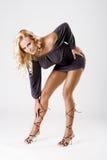 Dimagrisca il modello abbronzato con i piedini lunghi in vestito sexy Fotografia Stock
