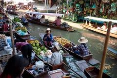 Dimanche occupé matin au marché de Damnoen Saduak Photo libre de droits