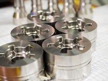 Dimensión de la inspección del operador de las piezas de torneado del CNC fotografía de archivo