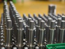 Dimensión de la inspección del operador de las piezas de torneado del CNC Foto de archivo