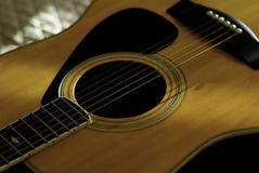 Dimensión de una variable de la guitarra acústica en negro Fotografía de archivo