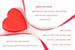 Dimensión de una variable del corazón con la cinta roja en el fondo blanco Imagen de archivo libre de regalías