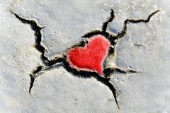 Dimensión de una variable del corazón en suelo seco foto de archivo