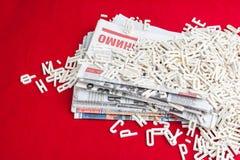 Dimensionale brieven verspreide documenten op een rood fluweel Stock Fotografie