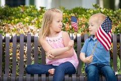 Dimensione competitiva di Comparing American Flag del fratello e della sorella Fotografia Stock