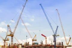 Dimensione della costruzione nel cielo su una forza di giorno soleggiato Fotografie Stock Libere da Diritti