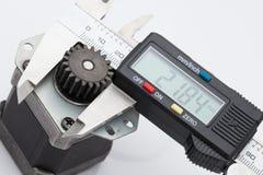 Dimensione elettronica di misura del calibro dell'ingranaggio Fotografia Stock Libera da Diritti
