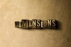 DIMENSIONS - plan rapproché de mot composé par vintage sale sur le contexte en métal Photographie stock libre de droits