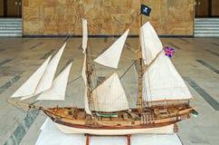 Diminué naviguant la maquette de navires de pirates images stock