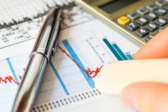 Diminuição do mercado de valores de ação, as perdas de apagamento Fotografia de Stock Royalty Free