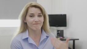 Diminuisca e disapprovi nessun gesto fatto dalla bella donna corporativa nell'ufficio che rifiuta la proposta di affari - stock footage