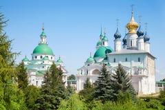 Dimitrievsky domkyrka och Zachatievsky domkyrka av den Spaso-Yakovlevsky kloster i Rostov Royaltyfri Bild