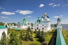 Dimitrievsky domkyrka och Zachatievsky domkyrka av den Spaso-Yakovlevsky kloster i Rostov Arkivfoton