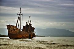 Dimitrios es una nave vieja arruinada en la costa griega y abandonada en la playa fotografía de archivo libre de regalías