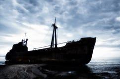 Dimitrios es una nave vieja arruinada en la costa griega y abandonada en la playa fotografía de archivo