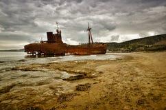Dimitrios es una nave vieja arruinada en la costa griega y abandonada en la playa foto de archivo