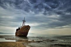 Dimitrios ist ein altes Schiff, das auf der griechischen Küste ruiniert wird und auf dem Strand verlassen ist stockfotos