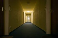 Dimly Lekkiego korytarza korytarza kompleksu apartamentów Perspektywiczny wyjście Fotografia Stock