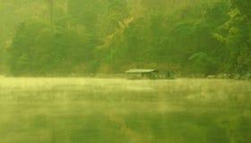 dimmaängmorgon över vatten Arkivfoton