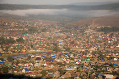 Dimma över byn royaltyfri bild