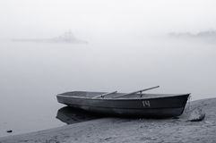 dimma över floden royaltyfri bild
