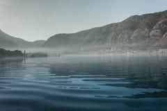 Dimma över havet och bergen Royaltyfria Bilder