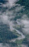 Dimma hänger lågt över dalfloden Royaltyfria Bilder