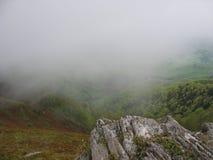 Dimma i bergen royaltyfria bilder