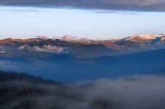 Dimma i bergen Beskåda av bergen i distansera Arkivbilder