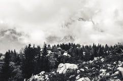 Dimma i bergen på byn Royaltyfri Bild