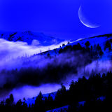 Dimma i en dal med berg och moonen Royaltyfri Fotografi