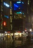 Dimma i staden på natten Arkivbild