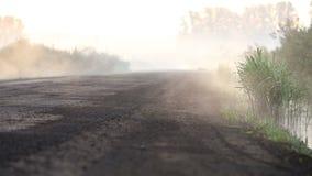 Dimma kryper ut på vägen arkivfilmer