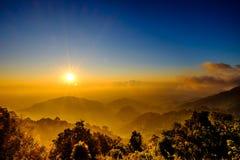 Dimma med det sollöneförhöjningsignalljuset och molnet på bergsynvinkeln Fotografering för Bildbyråer