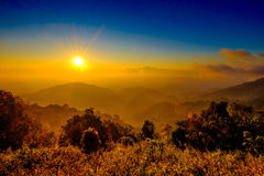 Dimma med det sollöneförhöjningsignalljuset och molnet på bergsynvinkeln Royaltyfri Fotografi