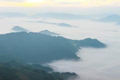 dimma och berg med Phuchifa den nordostliga chiangraien Thailand Fotografering för Bildbyråer