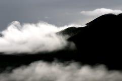 Dimma och berg på Phu Thok, Loei Royaltyfria Bilder