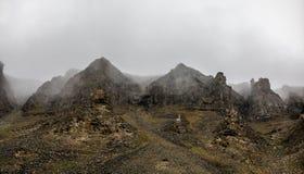 Dimma och klippor, landskap för bergmaximum Spitsbergen Svalbard, Norge Royaltyfri Fotografi