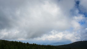 Dimma och moln i bergen lager videofilmer