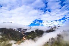 dimma och moln i berget Royaltyfria Bilder