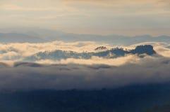 Dimma- och molnberg Arkivbild