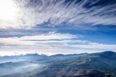 Dimma på blå himmel och molnet Mountain View Royaltyfria Foton