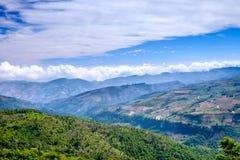 Dimma på blå himmel och molnet på Mountain View Arkivbilder