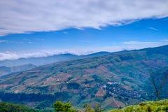 Dimma på blå himmel och molnet på Mountain View Arkivfoton