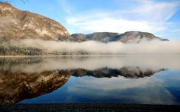 Dimma på Bohinj sjön arkivbild