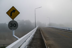 Dimma på bron i moring tid Arkivbilder
